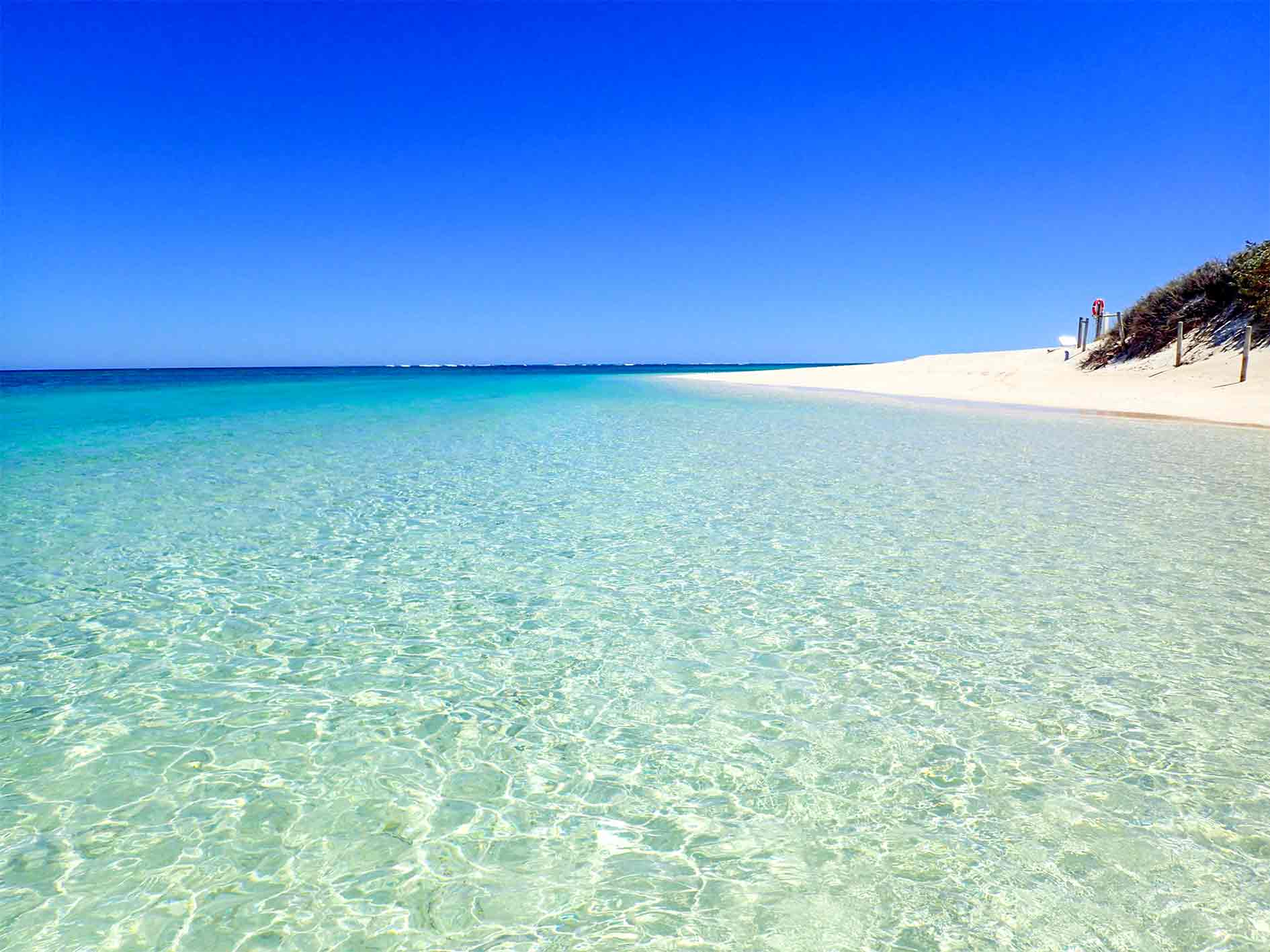 Clear turquoise water and white sand on the Turquoise Bay drift